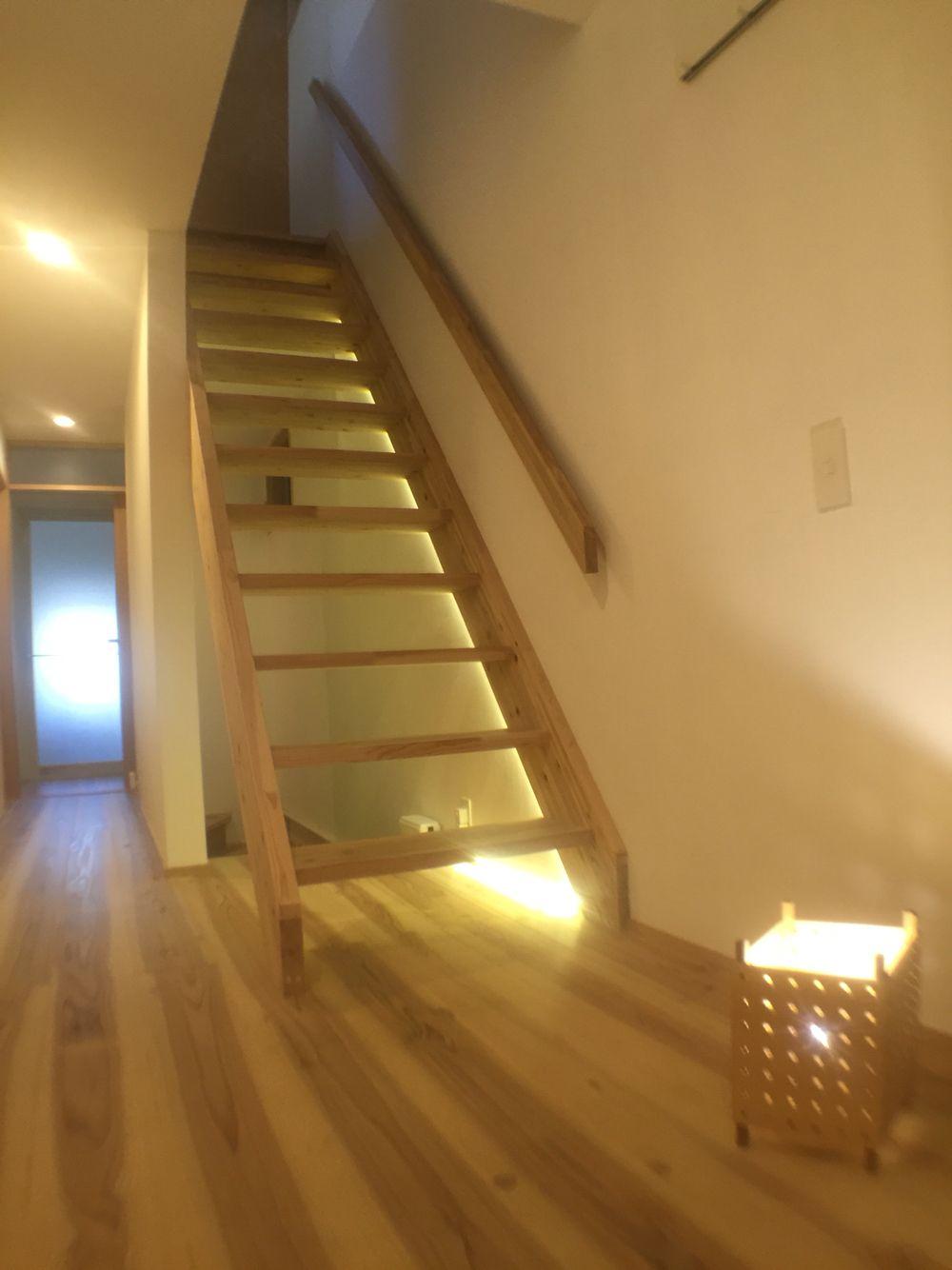 階段 Ledテープライトによる間接照明 Diy 間接照明 Diy 間接照明