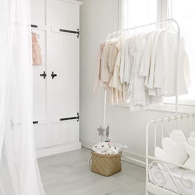 Tässä tyttöjen huoneessa on monta tosi kaunista yksityiskohtaa: vaatekaappi, vaaterekki täynnä yhteensopivia sävyjä, pitsimatto ja rautasänky  Todella hyvältä näyttää Leena-Emilia  @leenaemili  #kidsinterior #kidsroom #kidsbedroom #white #whiteinspiration #interior #whiteinterior #barnrum #barnrumsinspo #barnrumsdetaljer #details