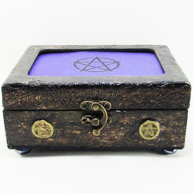 Caixa pentagrama feita artesanalmente ❤ Serve como porta jóias, para guardar runas ou tarô e o que mais a imaginação mandar. Já no site⤵www.darkprophecy.com.br#darkprophecy #portajoias #tarot #taro #runas #pentagrama #witch #witchcraft #wicca #caixa #magia