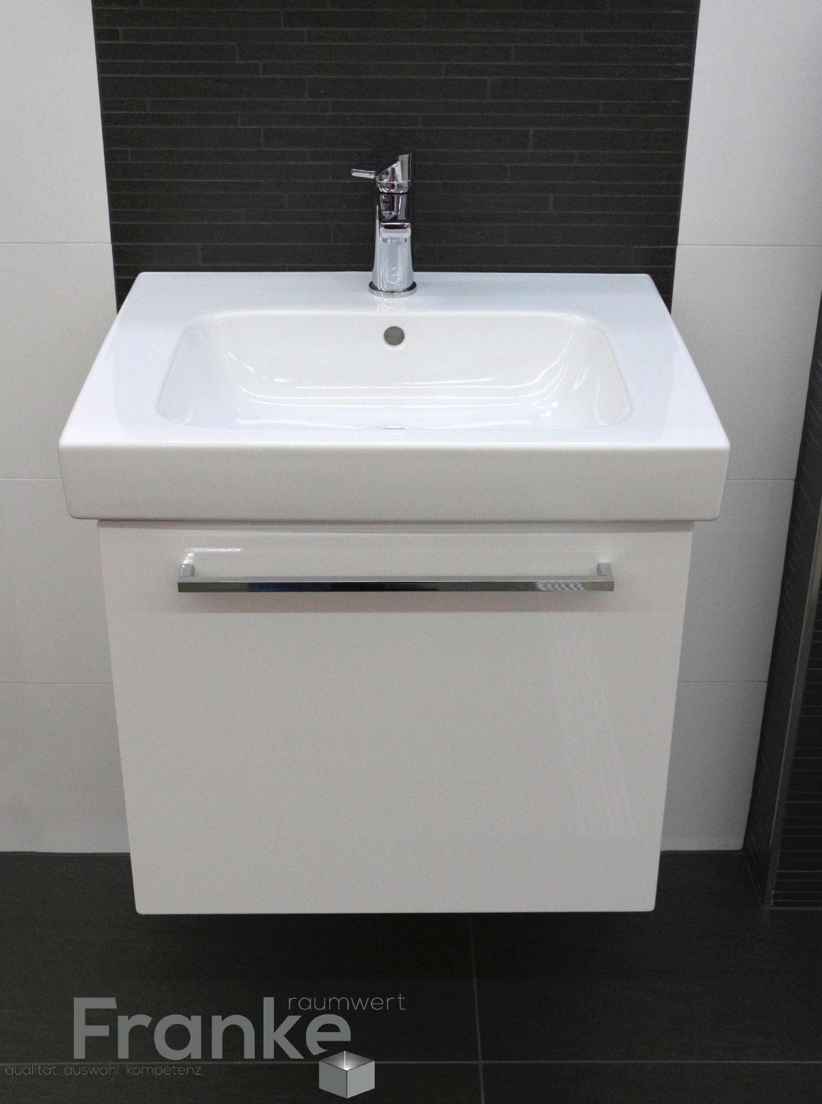 Badezimmer Im Klassischen Schwarz Weiss Look Hier Com Einem Waschtisch Unterschrank Reuter