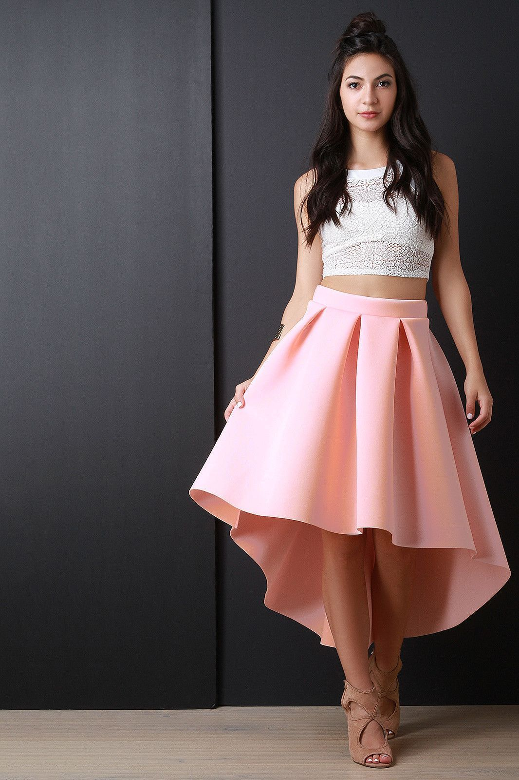 this skirt features a wide waist band large box pleated