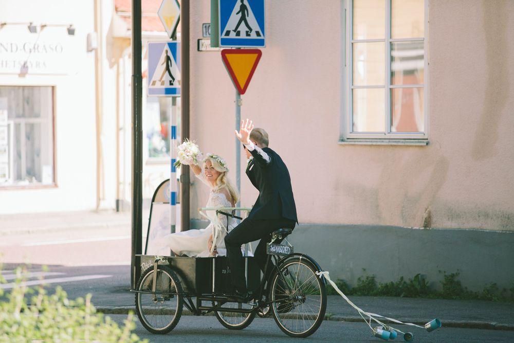 909d6fbc21b3 Klassiskt och elegant bröllop i Öregrund - Cykel - Brudpar - Just Married -  Zetterberg Bridal - Fotograf Beatrice Bolmgren - Bröllopsfotograf