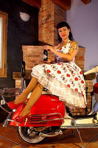 Retro Scooter Garage Chicas Vespa Retro Scooters Pinterest