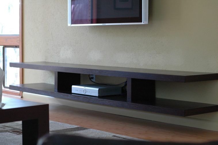 Charmant Black Wooden Floating Shelves Under Grey Tv On Grey Wall