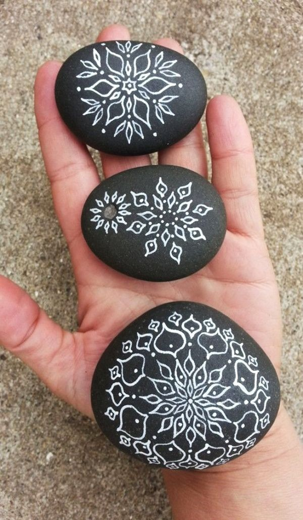40 DIY Mandala Stone Patterns for Random Awesomeness is part of Stone art, Mandala stones, Stone painting, Stone, Pebble painting, Rock painting ideas easy - It's time to try yourself out with DIY Mandala stone patterns for your rich indoor decorationsIt's like a meditation creating beautiful designs out of dots