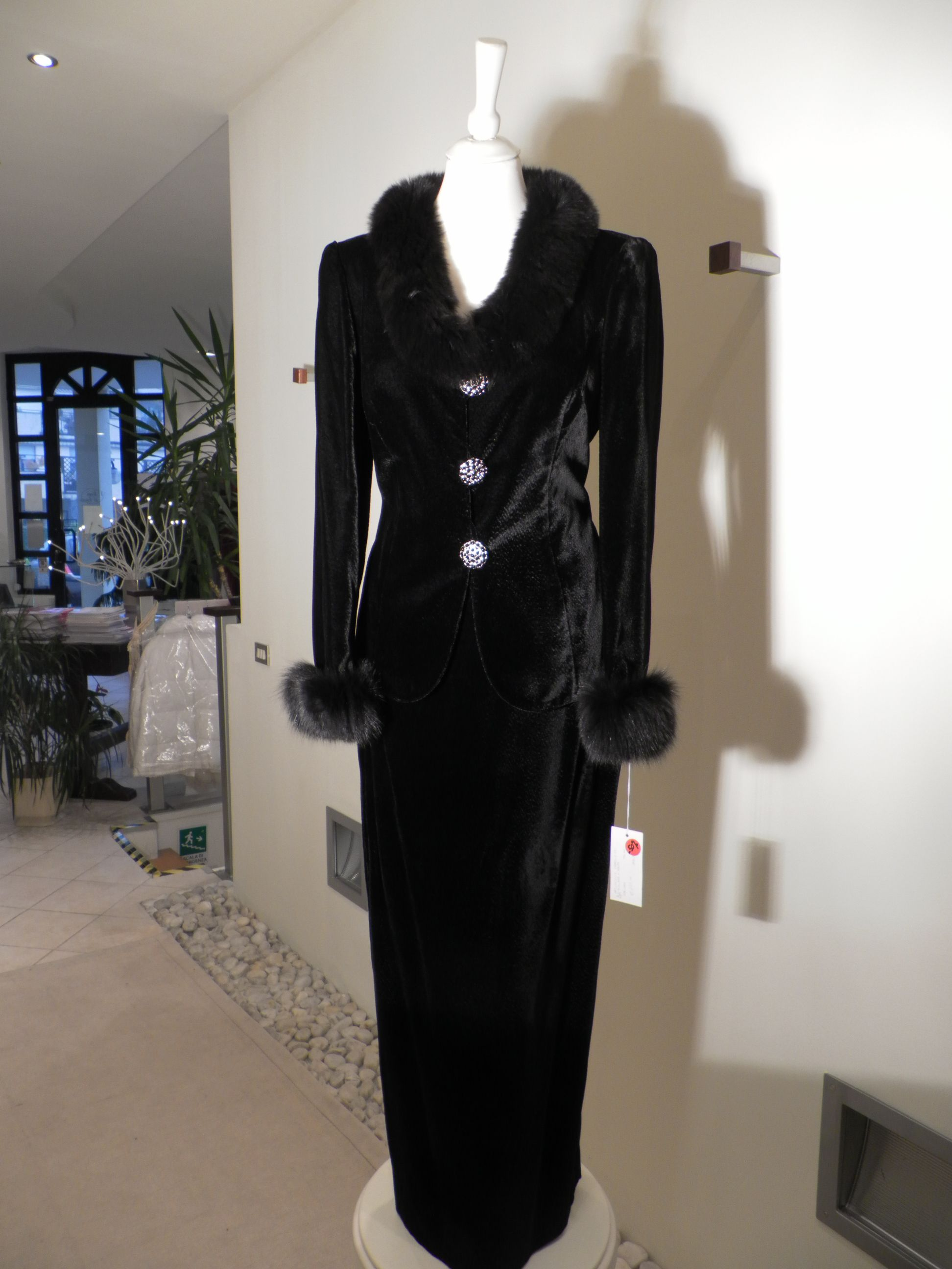 Paola baccini piece suit in black velvet jacket with fox collar