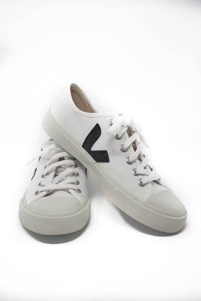Classic lace-up sneaker with Veja\u0026#39;s