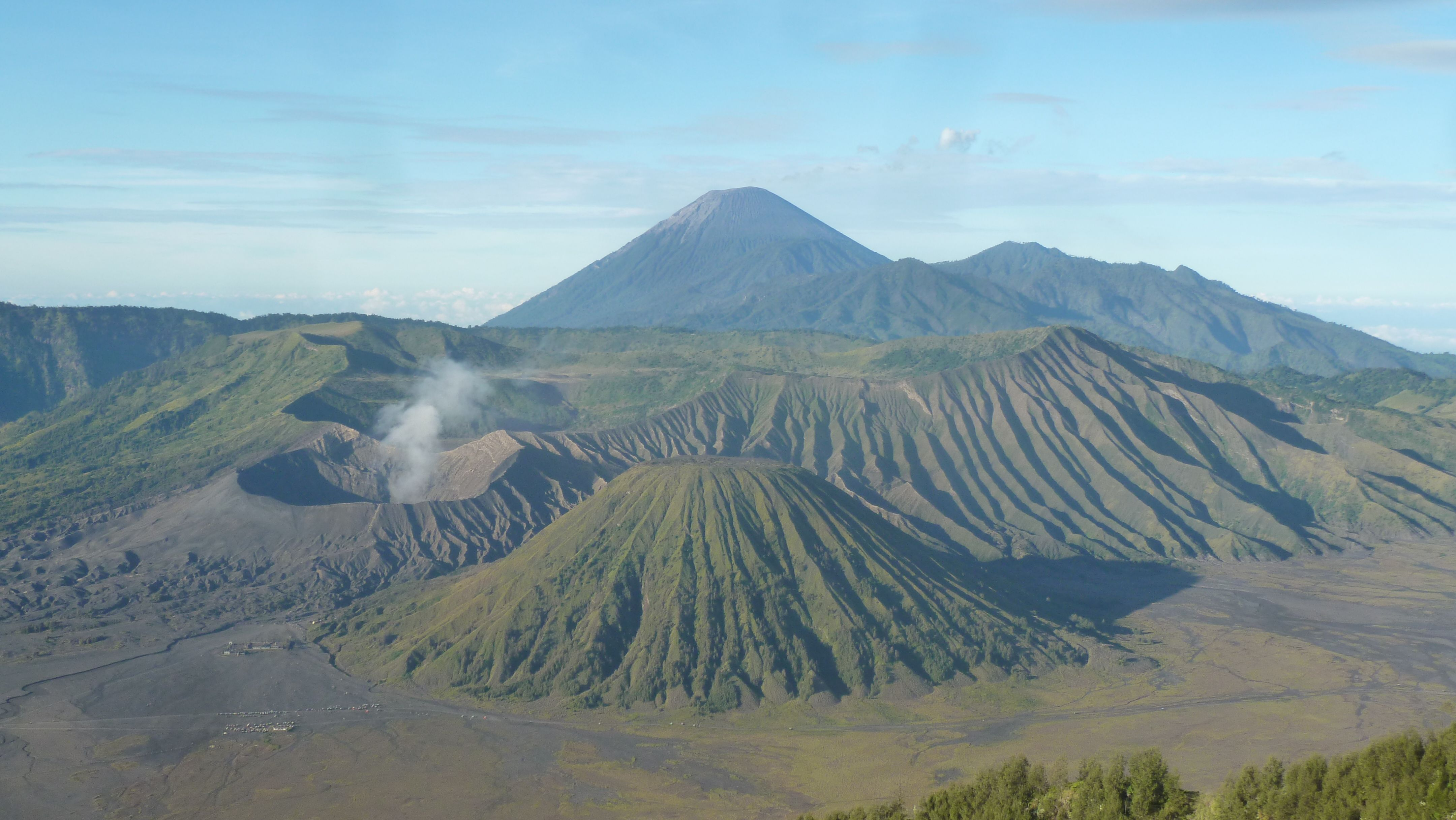 Gunung Bromo terletak di kawasan taman nasional Bromo Semeru. Foto diambil dari puncak Penanjakan dengan pemandangan Gunung Bromo, Batok, Semeru.
