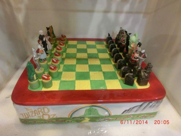 Jogo de xadrez de porcelana representando magico de oz...