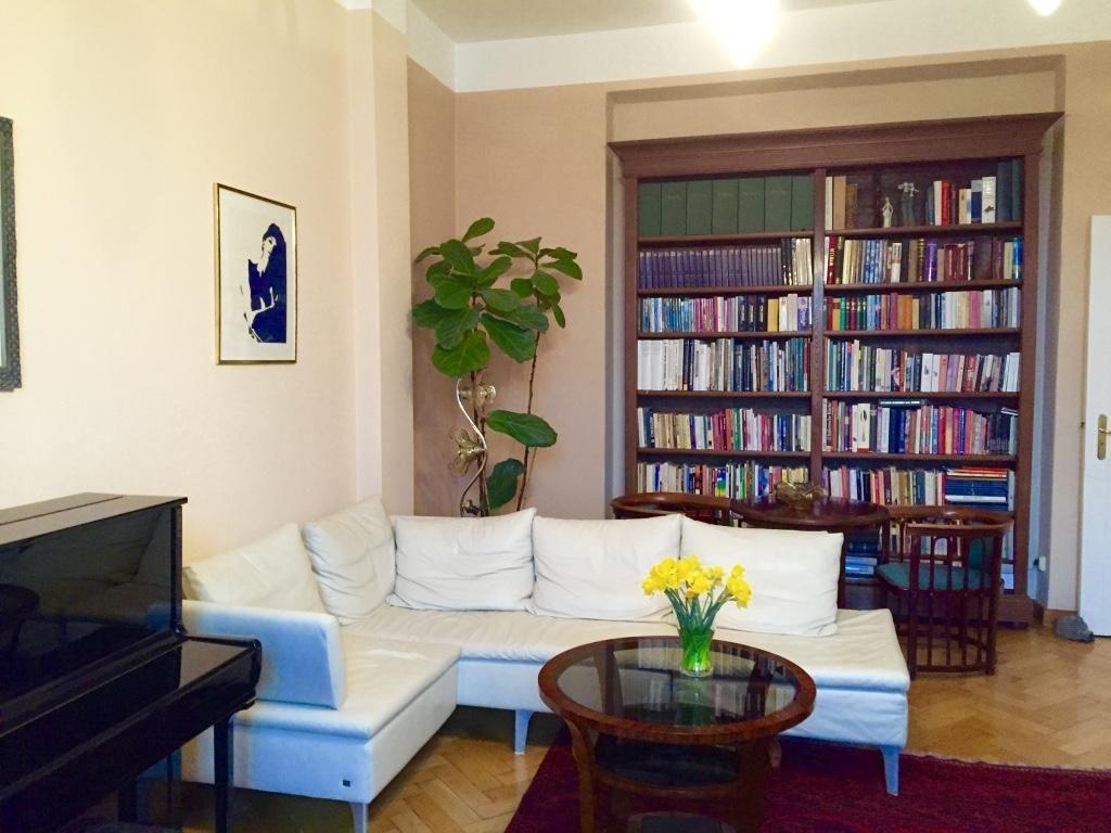 Wohnzimmer Blumen ~ Frühling im wohnzimmer ein strauß blumen oder eine zimmerpflanze