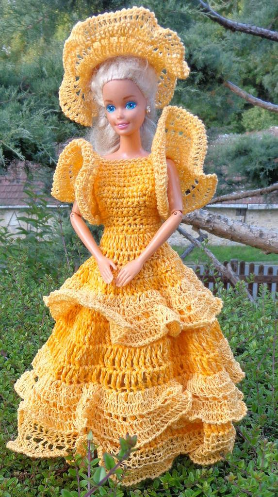Barbie avec ses robes au crochet. Une jaune et l\u0027autre verte