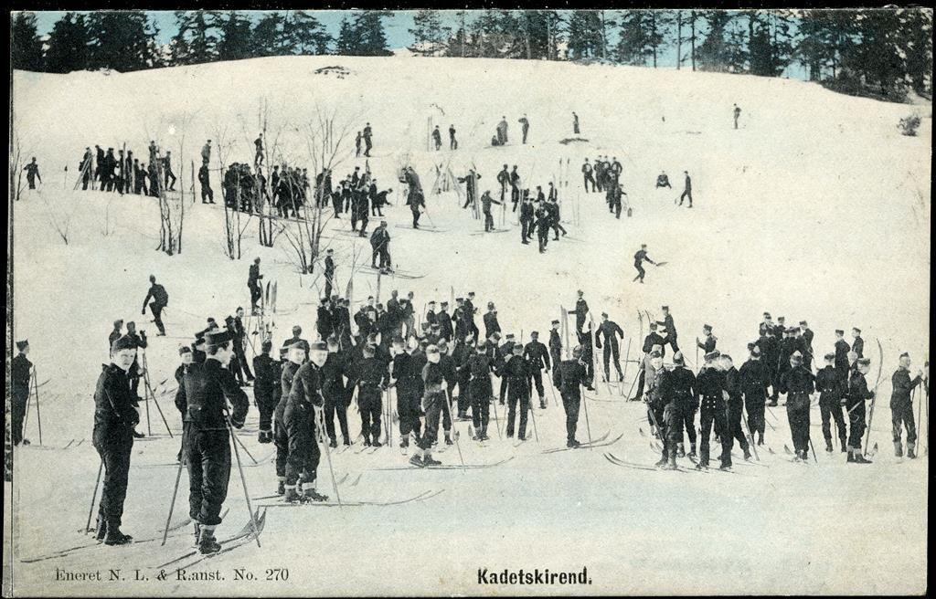 Militært motiv KADETSKIREND. Kolorert kort med masse soldater i bakken Utg N.L.& R. stpl. uvanlige BORGE 1907