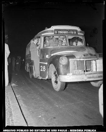 """Um exemplo de """"lotação"""" em 30/05/1956. Andar de lotação era uma aventura. Para ser mais claro: um risco! Os motoristas eram por demais imprudentes e, além disso, os carros eram mal conservados. Geralmente serviam linhas pequenas. Eram comuns nas Zonas Norte e Oeste, mas também servia à Zona Sul (foto: itinerário Rio Comprido-Leblon).  Arquivo Público do Estado de São Paulo."""