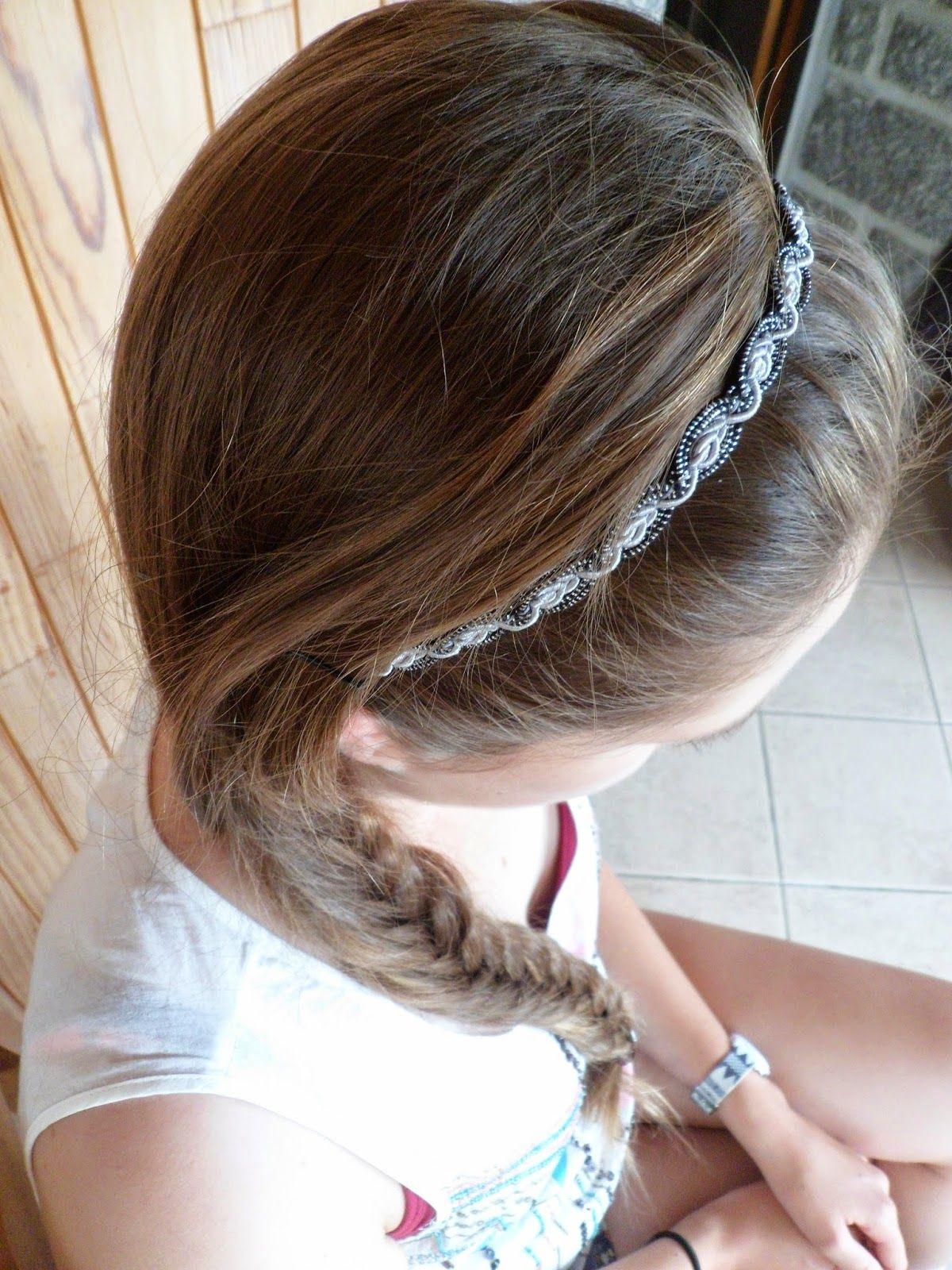Se coiffer avec un headband et une tresse cheveux Se