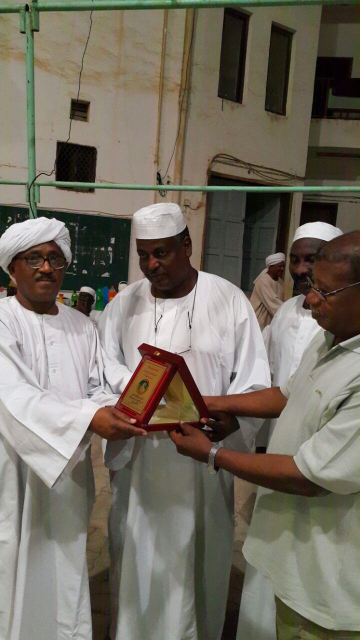 صور احتفالات تكريمه من قبل الجالية السودانية بظفار لدى تقاعده و مغادرته النهائية .