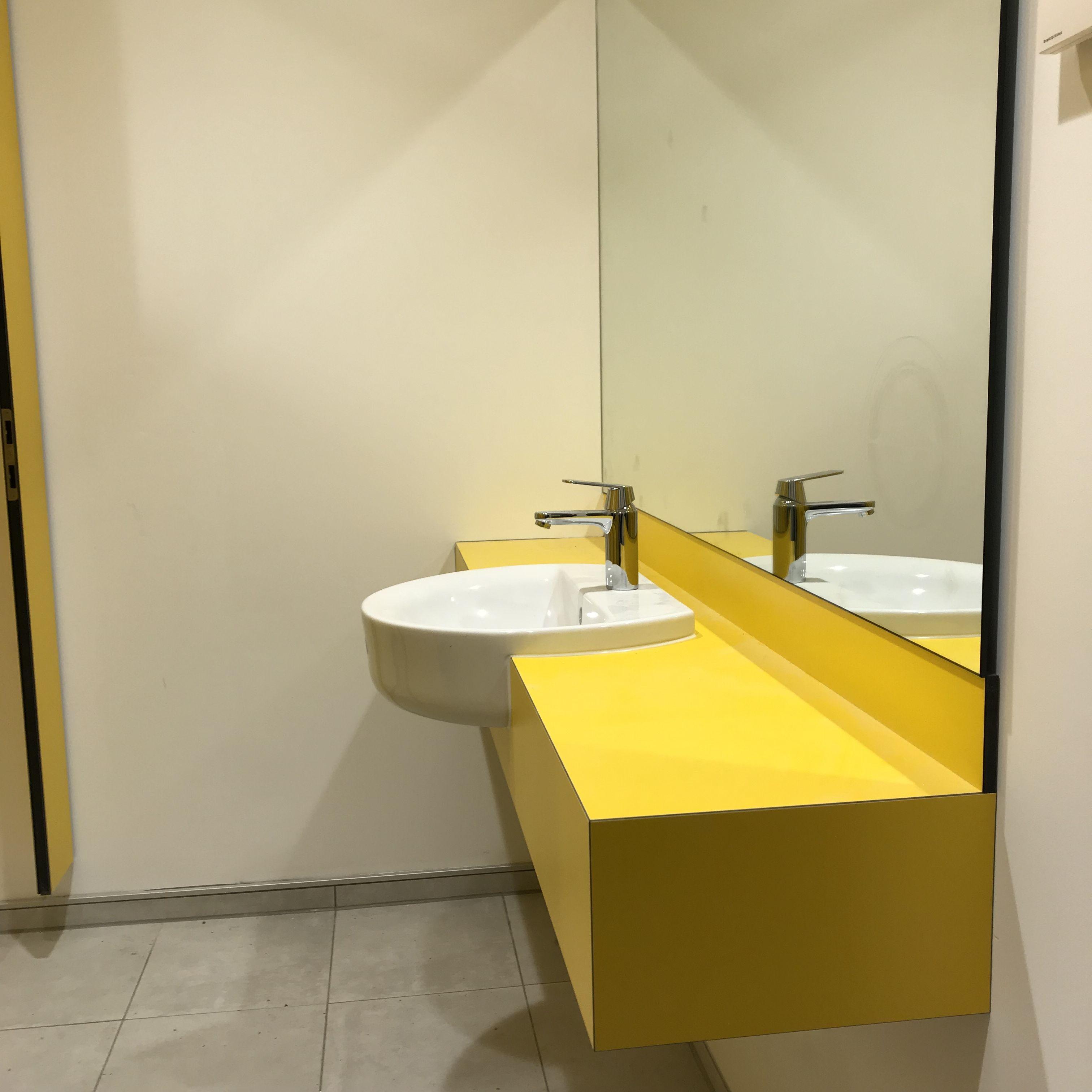 Waschtischanlage Aus Hpl In Farbe Maisgelb Verwaltungsgebaude Trennwand Gebaude