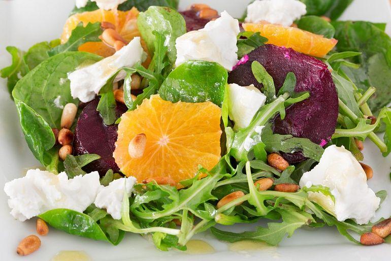 Салат со свеклой, апельсином и кедровыми орешками