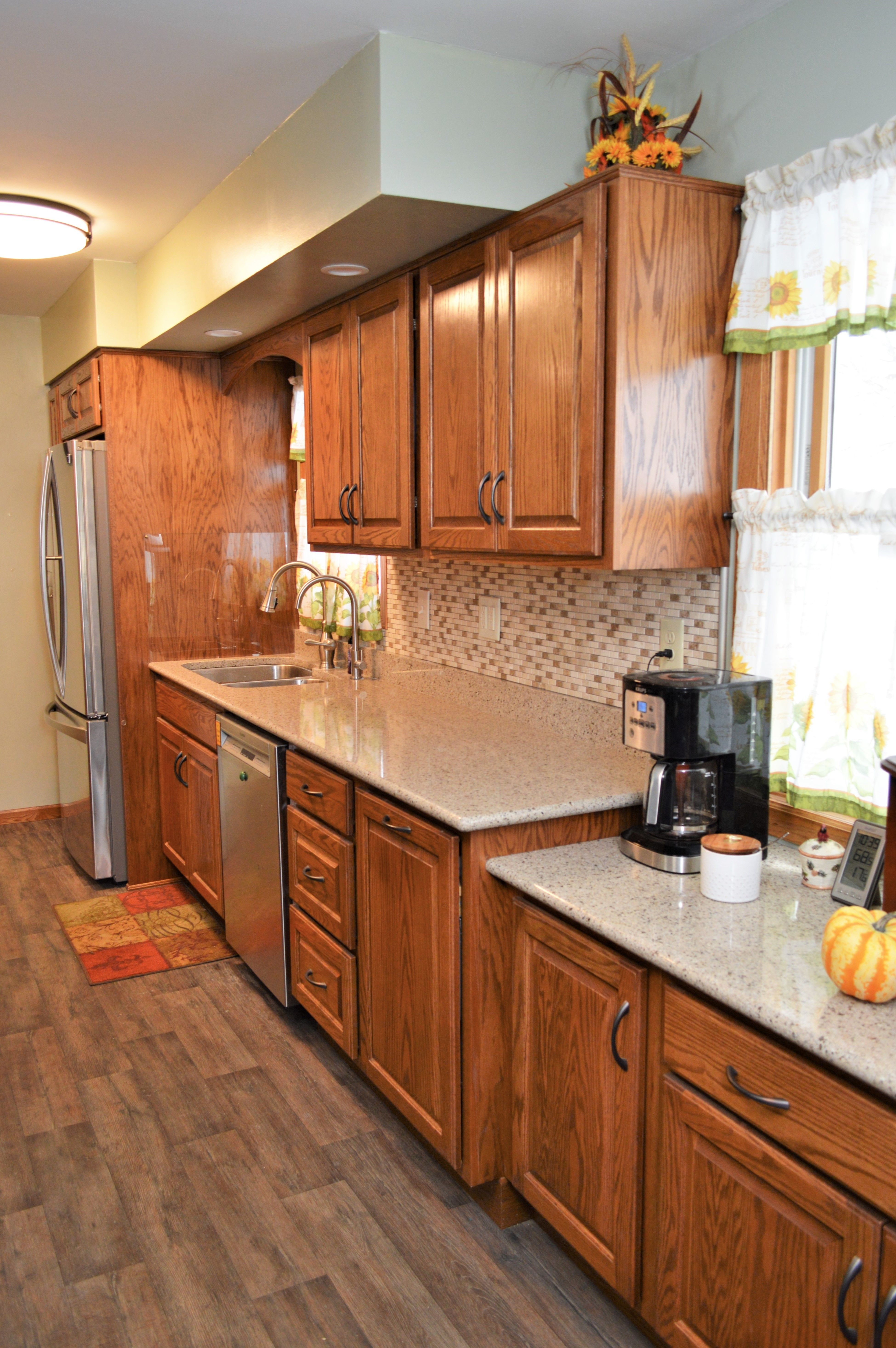 Bailey S Cabinets Haas Signature Collection Oak Autumn Finish Federal Square Door Style Oak Cabinets Cabinetry Kitchen
