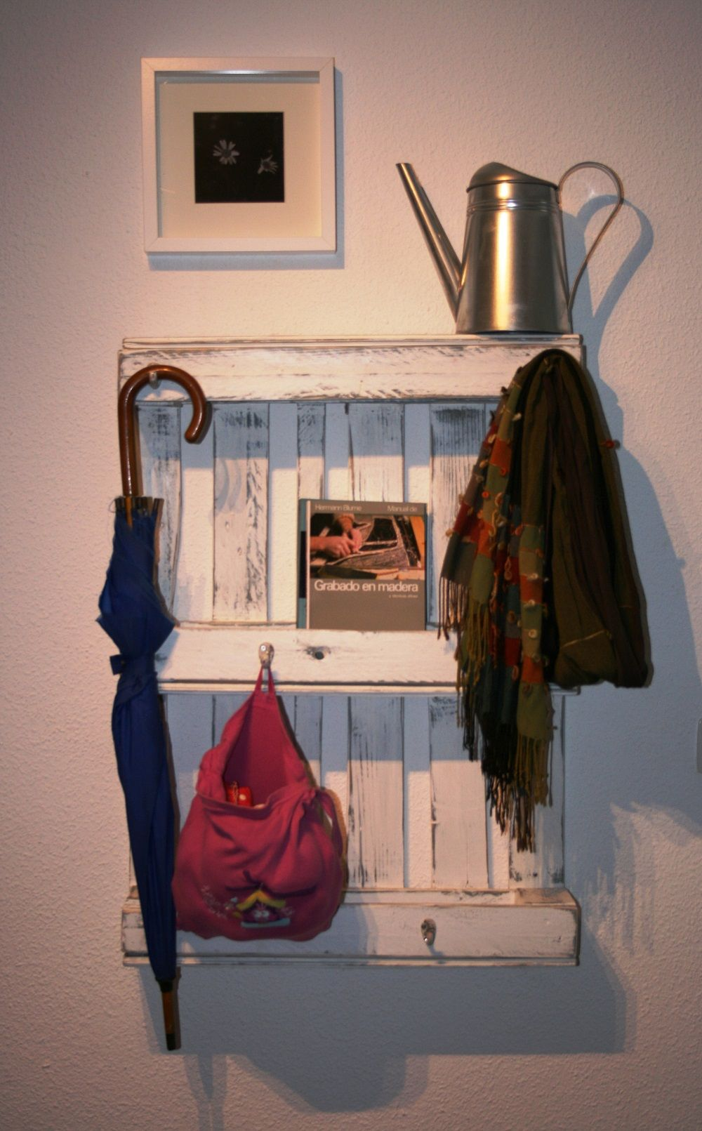 Perchero de madera con palet madera maciza natural - Percheros pared vintage ...