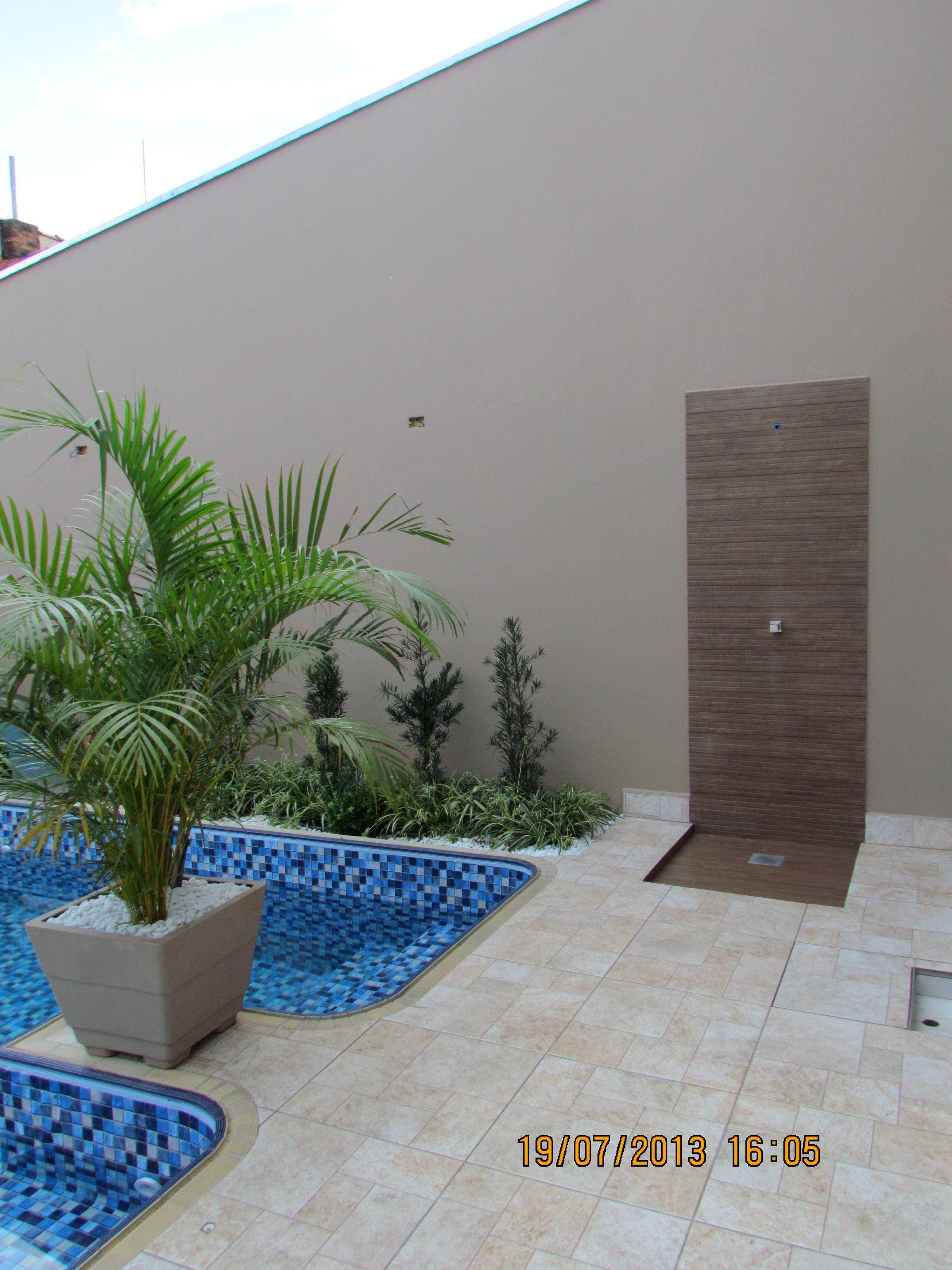 Ducha com porcelanato em madeira piscina em vinil for Duchas de piscina