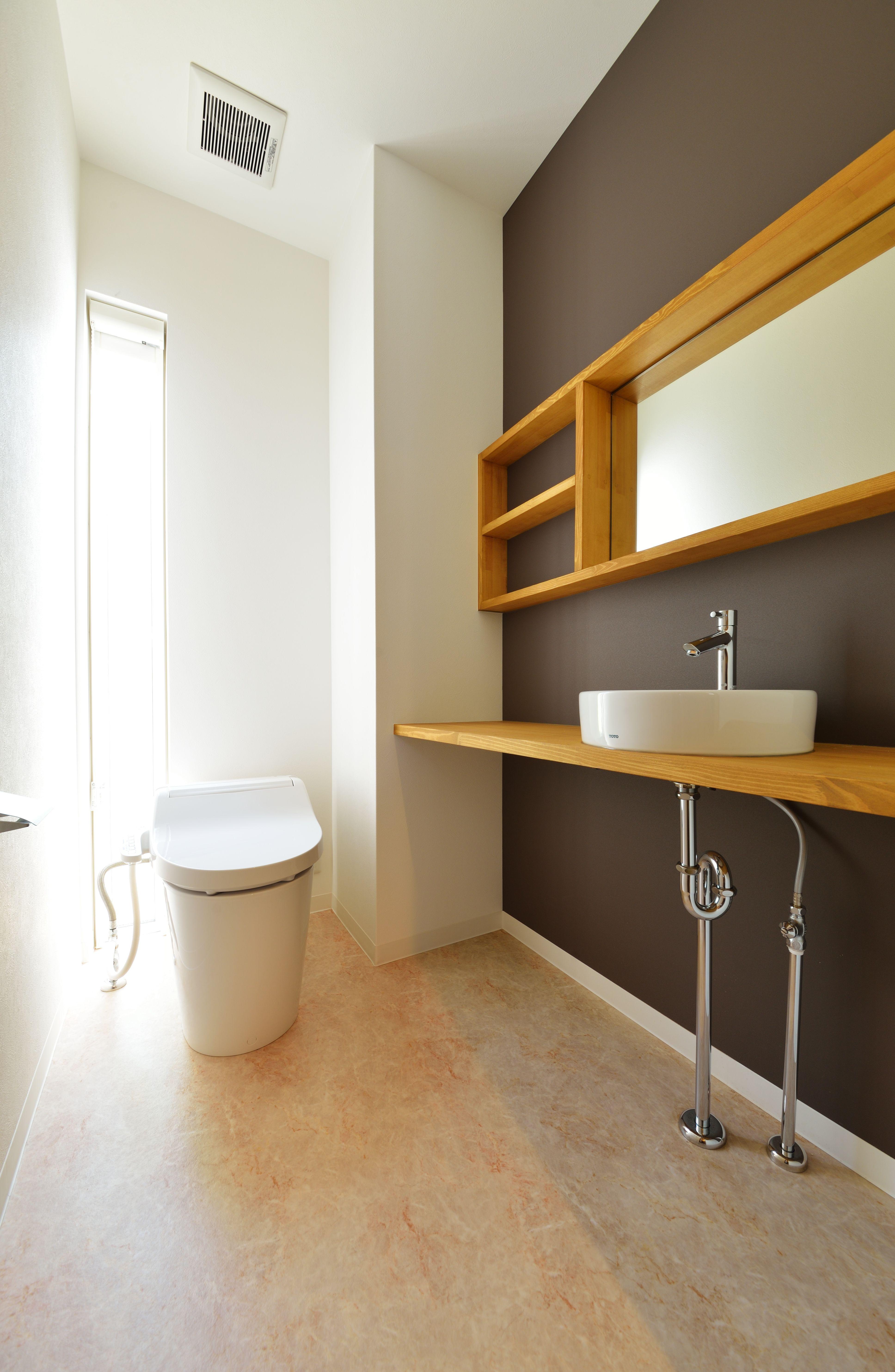 トイレ 造作手洗いカウンターを設置 棚 鏡を設けることで臨時の洗面