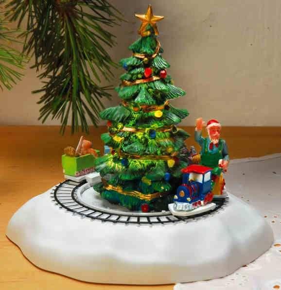 Keramik Miniaturfigurenset Weihnachtsbaum mit Zug und Beleuchtung - Die Lichter am Minibaum leuchten tatsächlich und auch der Zug fährt gemütlich in Ihre Weihnachtslandschaft ein. Ein schöner Spaß für Groß und Klein und alle Fans der Keramikhäuser.