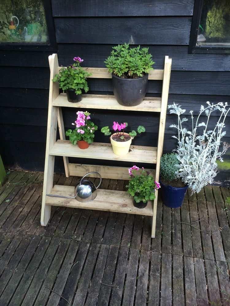 Bricolage de jardin: étagère porte-plantes en vieil escabeau