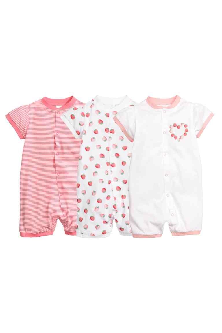 Pack de 3 pijamas: CONSCIOUS. Pijamas en punto suave de algodón orgánico. Mangas y perneras cortas, y cierre delante mediante botones de presión.