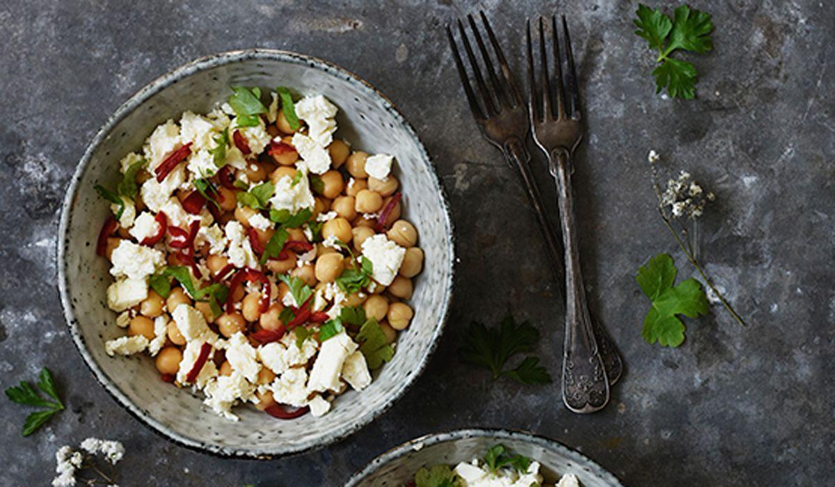 Ihanaa arkiruokaa voi tehdä lähikaupan aineksista pikkurahalla. Chili-kikherne-fetasalaatti on opiskelija ja ruokakirjailija Viola Virtamon resepti.