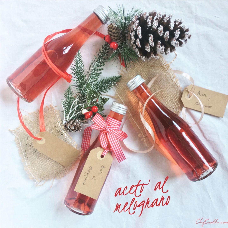 Natale si avvicina e noi continuiamo a confezionare regalini. Oggi vi presento una cosa un po' insolita ma molto carina e soprattutto velocissima da preparare: ACETO DI MELOGRANO. Occorrono s…