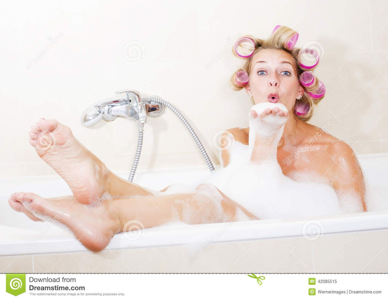 Frau Badewanne Bilder Color Your Hair Curlers Bathtub