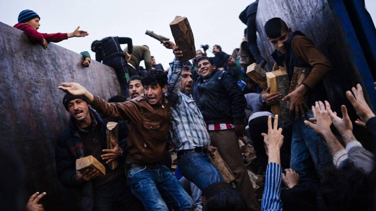 """Les escrocs à l'oeuvre, pas  les réfugiés ici en photos, non, les décideurs payés grassement de l'UE. Et à votre avis, dans quelle bourse prendra-t-on les 250.000 euros? Cette bande de voleurs escroquent les populations  indigènes pour faire plaisir à qui ? Renseignez-vous en vous renseignant bien sur G.Sorros et les fabuleux désirs de l'oncle Obama. Chantage ouvert pour nos gouvernements. Honte !!!!!!!    Une dispersion automatique des réfugiés en cas d'afflux pour rendre """"Dublin""""…"""