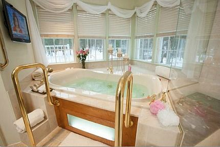 Hotel Hot Tub Suites Private In Room Jetted Spa Tub Suites Near You With Images Modern Hot Tubs Romantic Hotel Rooms Hotels Room