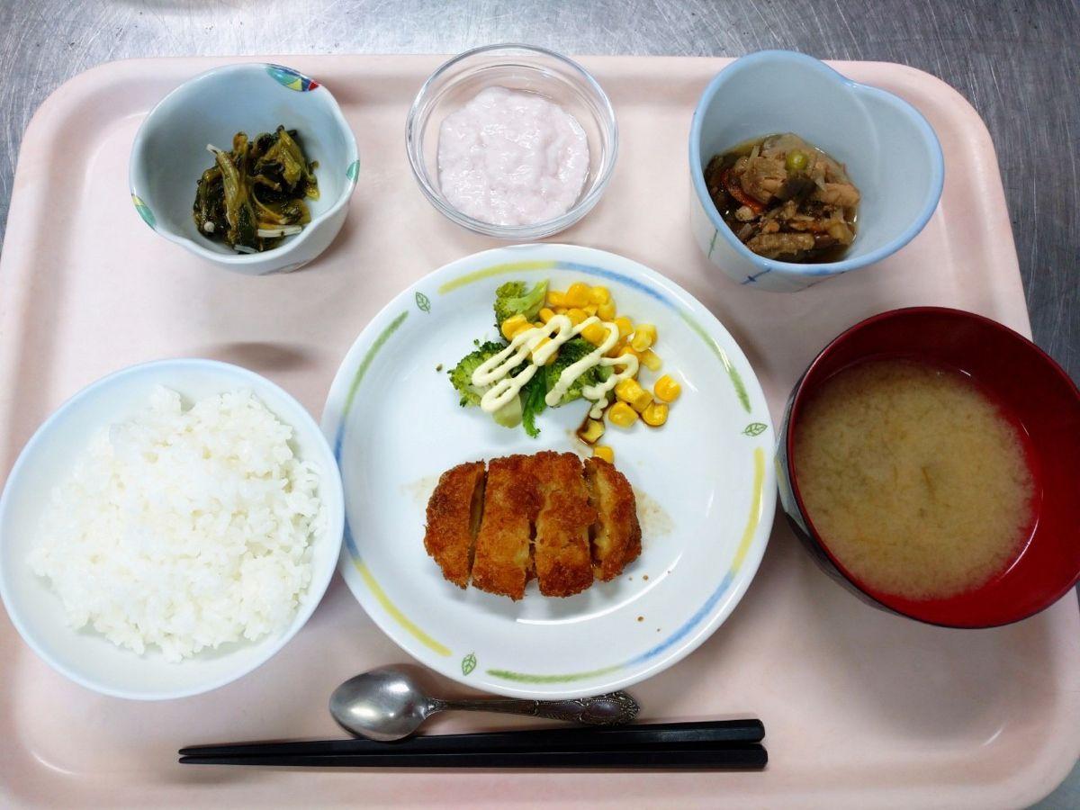 ごはん、味噌汁、海老カツ、茄子のピリ辛炒め煮、ほうれん草とえのきの梅和え、いちごフルーチェでした!