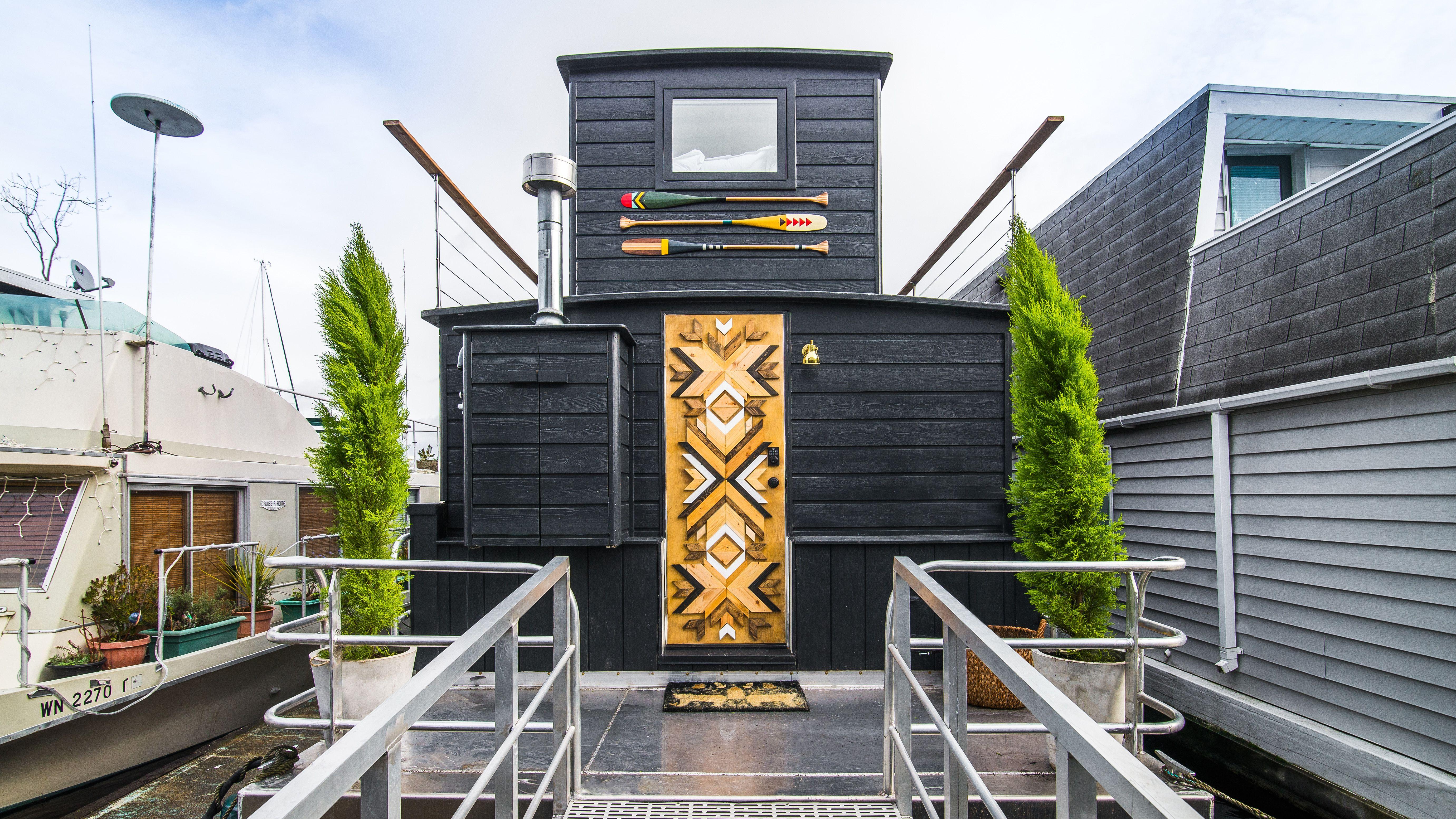 Interior Designer Genevieve Gorder Transforms Seattle Houseboat For Netflix Series Stay Here Gray Houseboat Living House Boat Genevieve Gorder