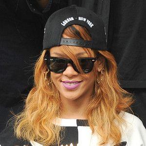 Rihanna acredita na morte de Nelson Mandela e escreve mensagem peculiar