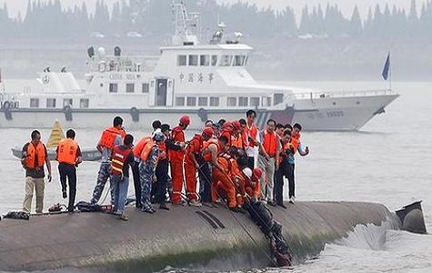 Continúan desaparecidos más de 400 personas por naufragio en China