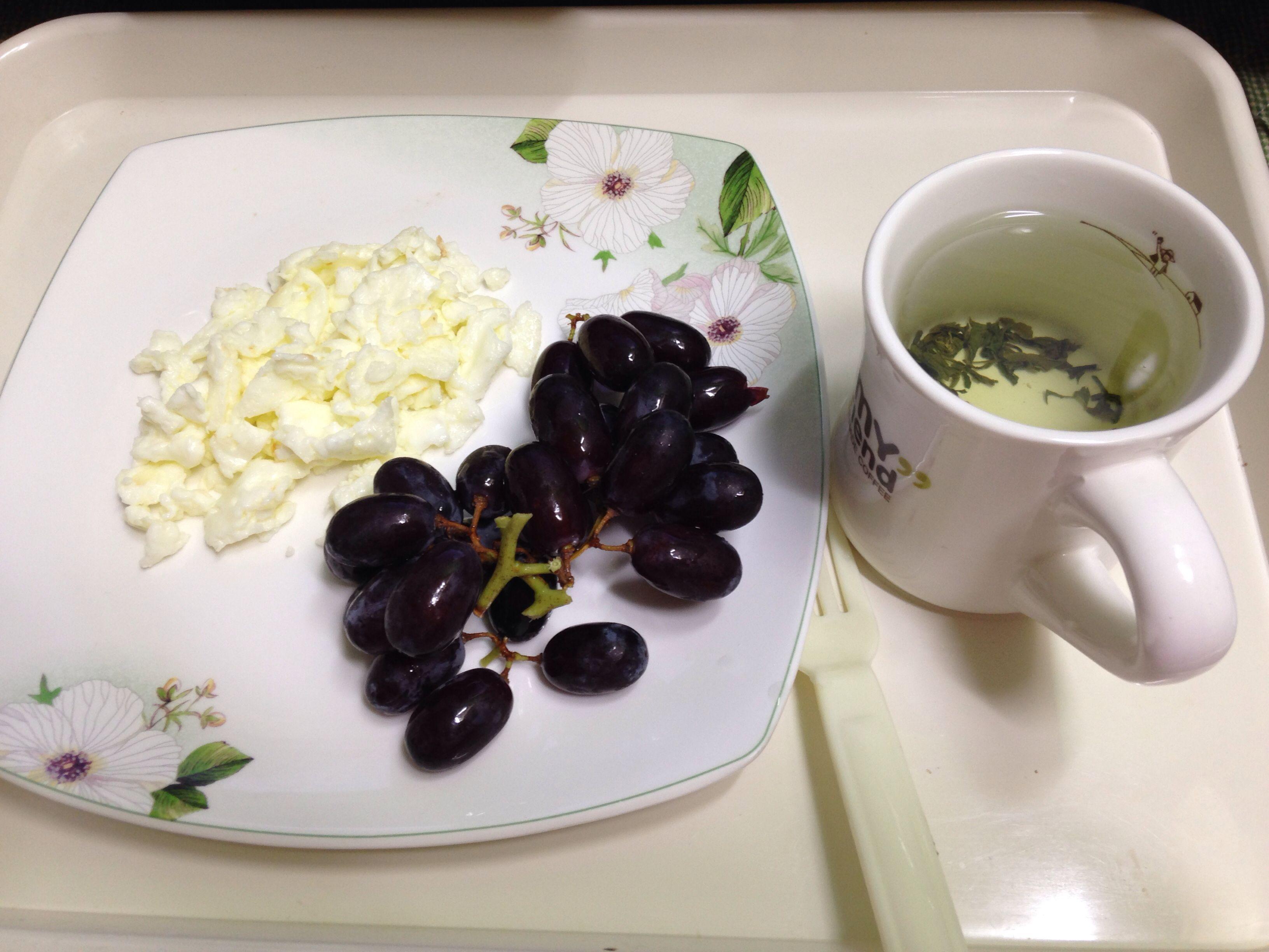 달걀흰자 스크램블에그와 포도