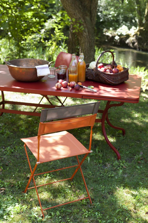 Jardin avec table romane allonges rouge piment et for Table jardin rouge