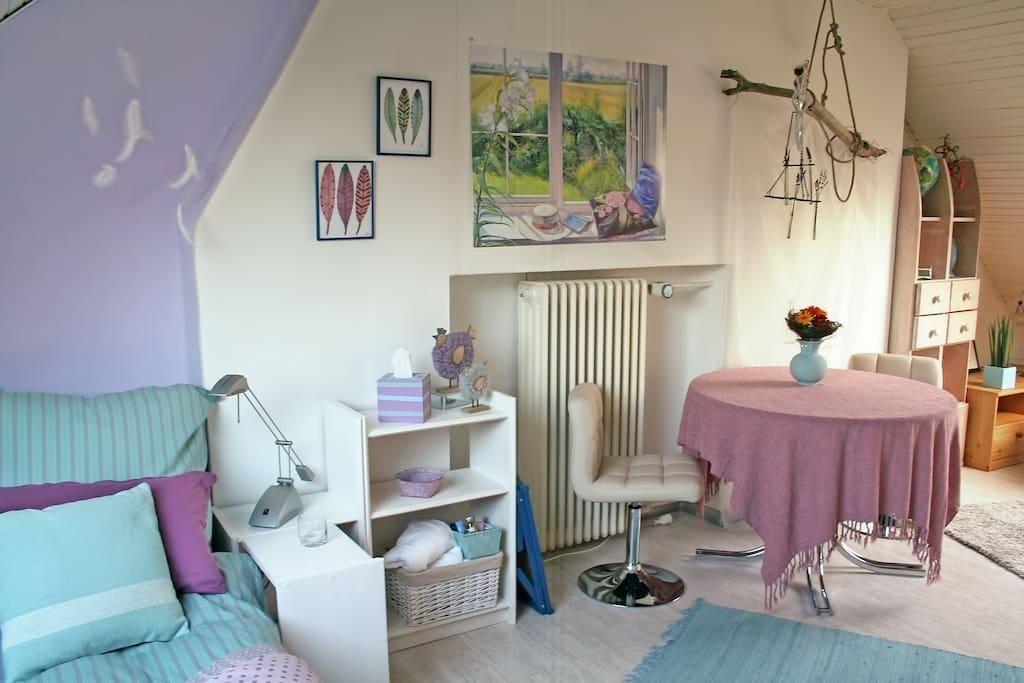 Wohn- und Schlafbereich eines WG-Zimmers in Pastellfarben - wohn schlafzimmer einrichten
