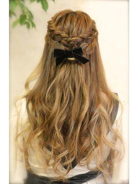 結婚式の髪型 ハーフアップ ダブルで編み込み ゆるハーフアップ