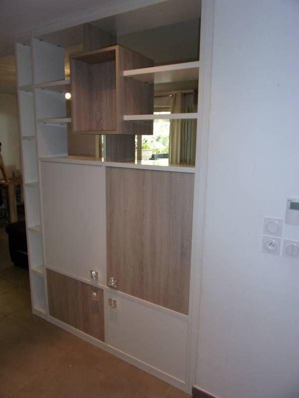 cette bibliothque qui spare 2 espaces de vie est galement un meuble tv du cot salon la tlvision avec des portes en partie basse pour cacher
