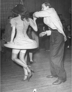 Per calarsi nell'atmosfera della Savoy ballroom di Harlem, dove il Lindy hop divenne famoso.