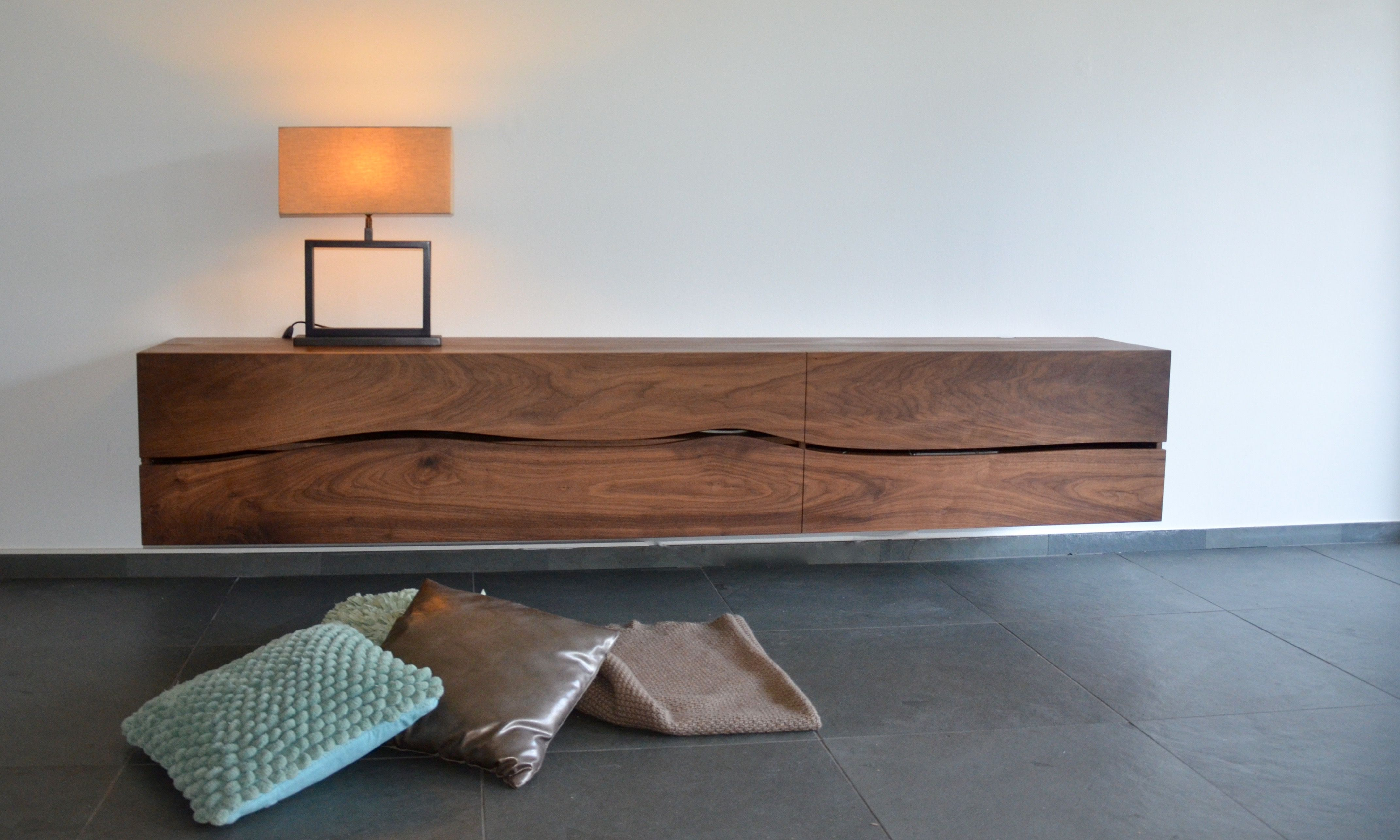 vrijhangend tv meubel in massief notenhout van 250cm lang het zwevende dressoir wordt op maat. Black Bedroom Furniture Sets. Home Design Ideas