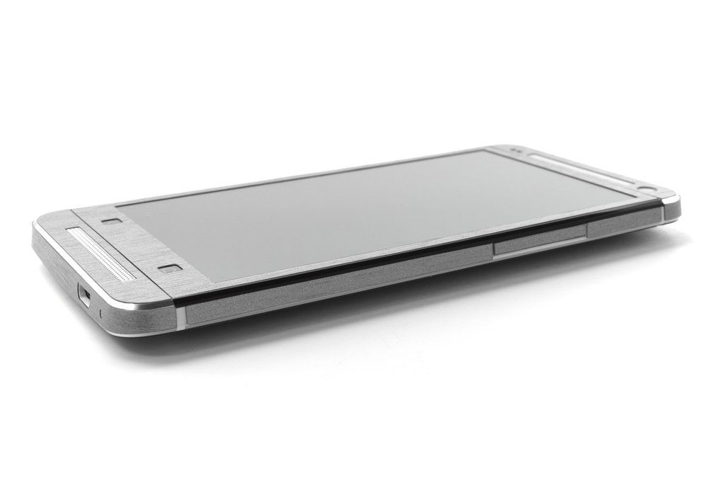 iCarbons_HTC_ONE_Brushed_Aluminum_Skin_1_1024x1024.jpg (1024×682)