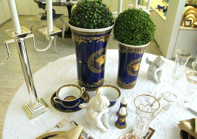Adicionei o azul na paleta branca e dourada tradicional de Ano Novo com vasos e louças da linha Medusa Azul da Versace. (Foto: @felipefgsantos)