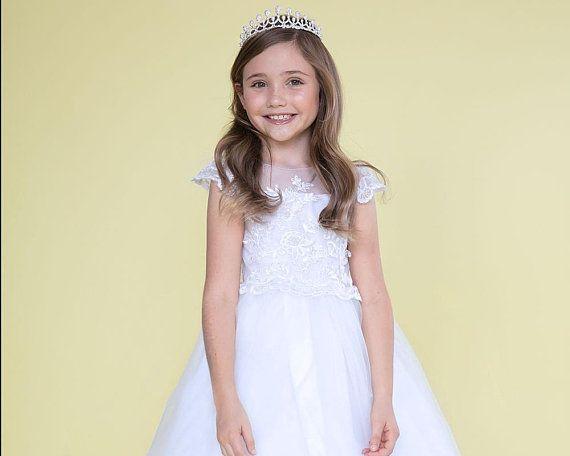 12ca43fe7fa Robe Première Communion fille robe blanche en satin et appliques de  dentelle et organza pour cérémonie communion ou confirmation 2-16 ans