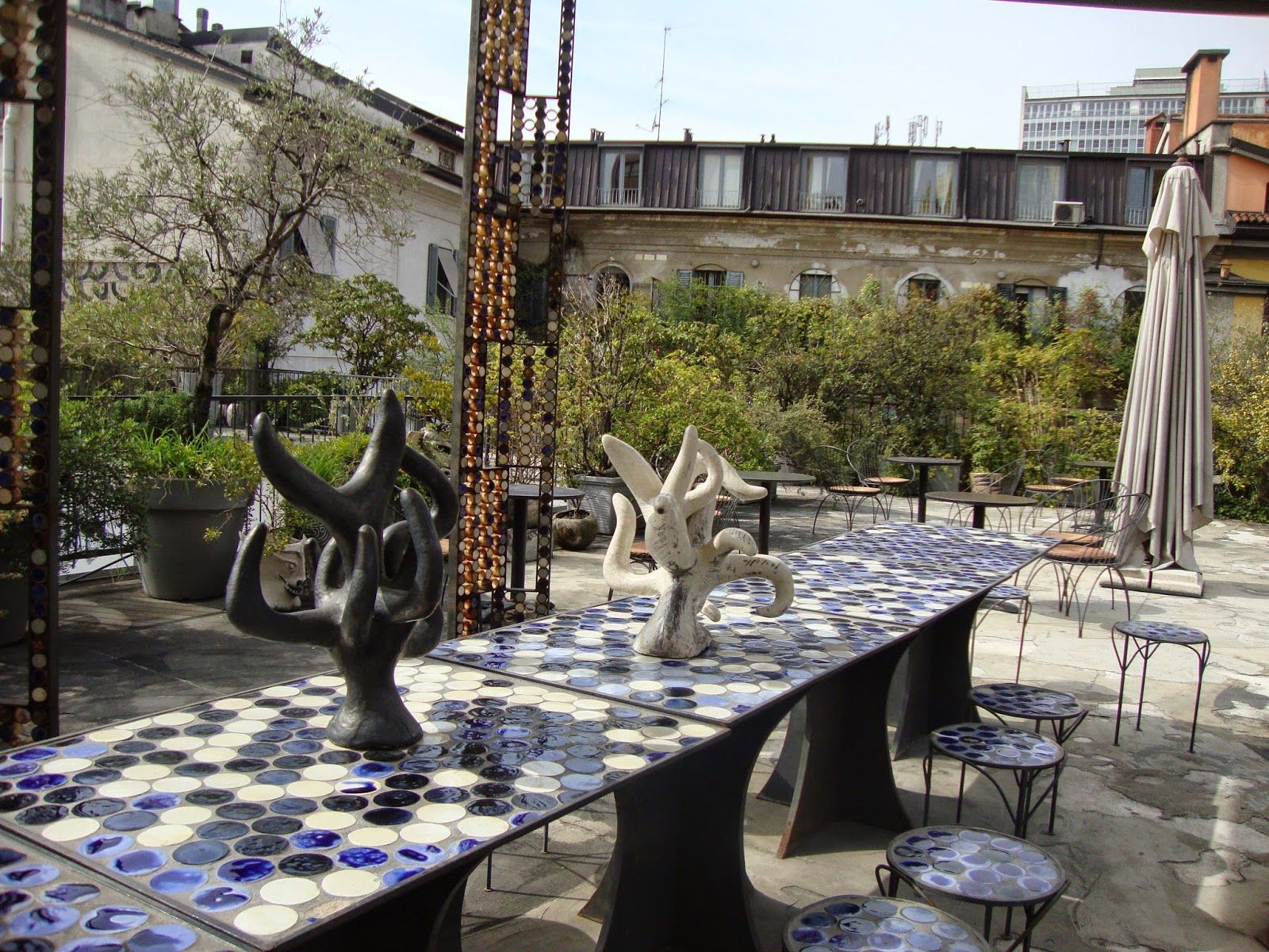 il roof garden di 10 corso como a milano con arredi e decori dell 39 artista kris ruhs http. Black Bedroom Furniture Sets. Home Design Ideas