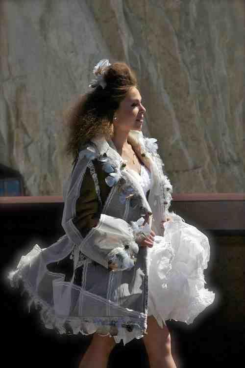 veste Marie Antoinette veste peau de mouton recyclée, plume, tulle recyclé, fruit eucalyptus 1300 €