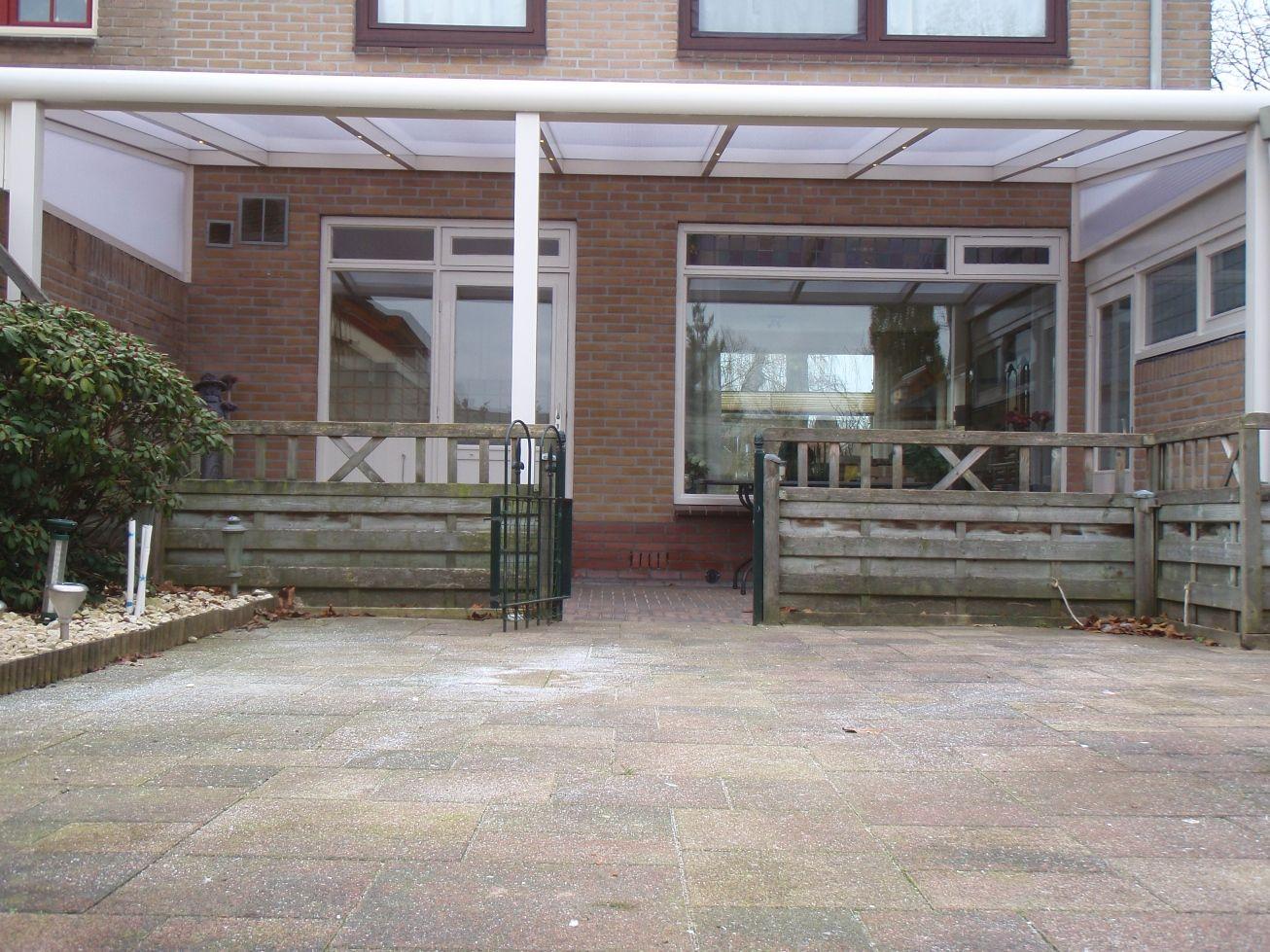 Veranda terrasoverkapping gemaakt van aluminium geeft sfeer in